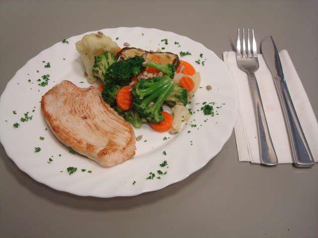 Bunte Gemüsepfanne mit Hähnchenbrust und Baguette