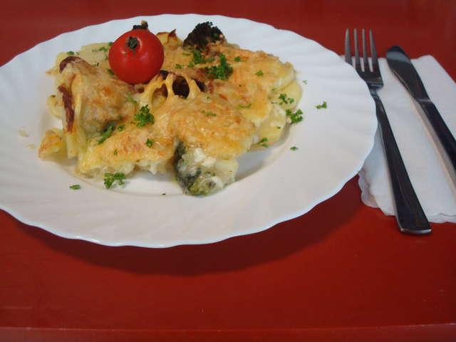 Brokkoligratin in Bechamelsoße mit Kartoffeln, und Käse überbacken