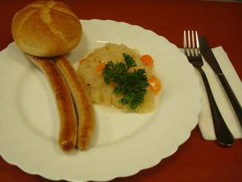 Kulmbacher Bratwürste mit Sauerkraut und Brötchen