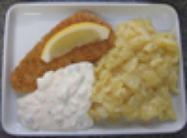 gebackenes Seelachsfilet mit Kartoffelsalat, Remoulade und Salat und Dessert