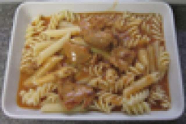 Rindergulasch mit Nudeln, kleiner Salat und Dessert