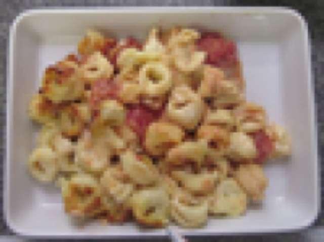 Tortellini mit Hackfleischfüllung und Tomatensoße, mediterranem Gemüse, kleiner Salat und Dessert