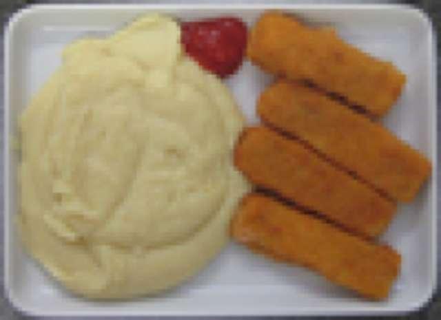Fischstäbchen mit Remoulade, Kartoffelsalat, kleiner Salat und Dessert