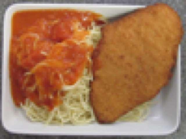 Picata Milanese mit Tomatenspaghetti und Salat
