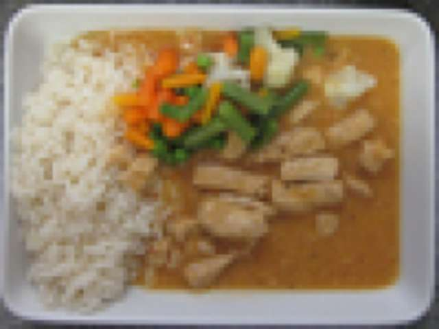 Putengeschnetzeltes in Paprikarahmsoße mit Reis, Salat  und Dessert