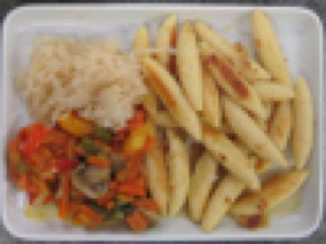 gebratene Schupfnudeln mit Ratatouillegemüse, kleiner Salat und Dessert