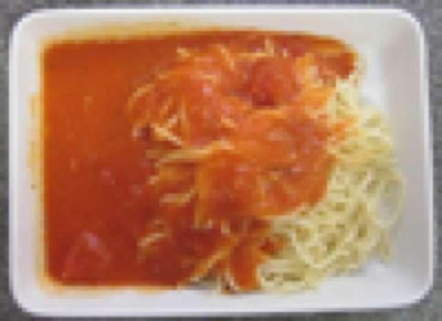 Nudeln mit Tomatensoße und Reibekäse, kleiner Salat und Dessert
