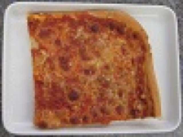 """Pizza """"Magherita"""" mit Tomaten und Käse, kleiner Salat und Dessert"""