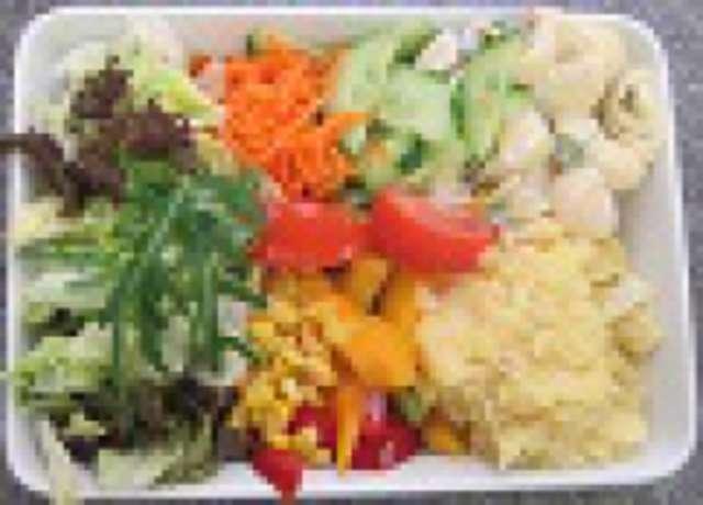 Salatteller mit zwei Beilagen, Brötchen, Dessert