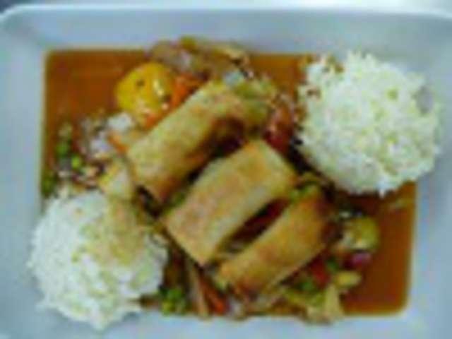 Asiatisches Gemüse mit Frühlingsröllchen und Basmatireis, Salat, Dessert