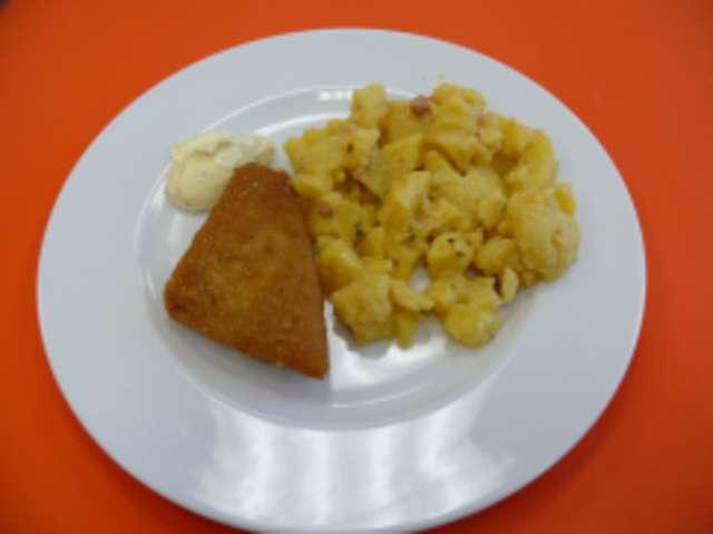 Fischfilet mit Butterkartoffeln, Salat und Dessert