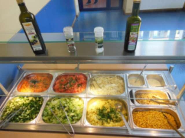 Salatbar mit Salaten der Saison