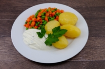 Pellkartoffeln mit hausgemachten Kräuterquark und Erbsen Möhren Gemüse natur