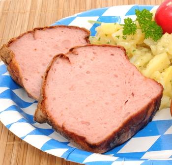Fleischkäse vom Schwein mit Püree und Krautsalat