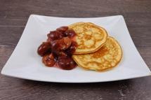 American Pancakes dazu warmer Pflaumenkompott