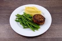 Frikadelle vom Schwein dazu Kartoffelpüree und grüne Bohnen