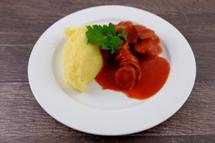 Currywurst-Topf vom Schwein mit Püree