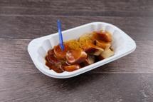 Currywurst Topf vom Schwein in hausgemachter Curry - Tomatensauce dazu Kartoffel Wedges