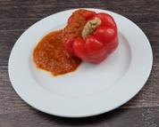 Gefüllte Paprikaschote mit Geflügelhackfleisch dazu Kartoffelpüree und Bratensauce