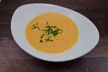 Möhren Orangen Cremesuppe dazu ein knuspriges Brötchen