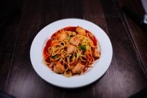 """China Nudeln """"Süß sauer"""" mit gebratenen Hähnchenbruststücken und süß saurer Sauce"""