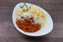 """Penne """"Bolognese"""" mit herzhafter Hackfleisch Tomatensauce und geriebenem Hartkäse"""