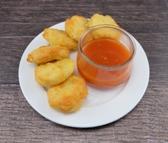 Knusprige Chicken Nuggets dazu Kartoffelpüree und Süß Saure Sauce