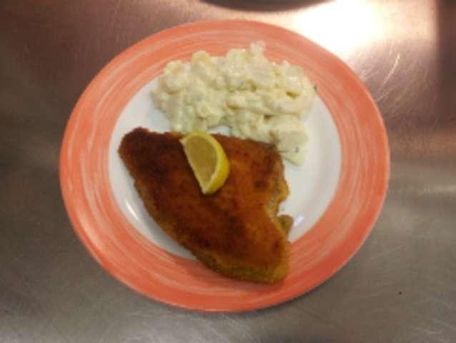 Fischfilet gebraten, mit Kartoffelpüree oder Kartoffelsalat