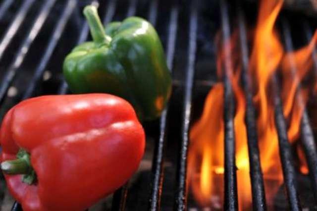 Gemüsespieße mit Chili- Tomatensauce, Reis und Salat