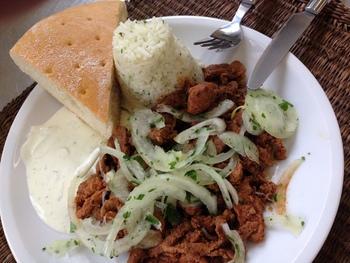 Putengyros mit Reisnudeln, Knoblauchjoghurt und Salat