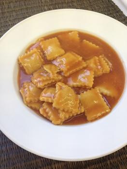 Ravioli mit Tomatensauce, Parmesan und Salat