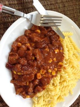 Chili Con Carne mit Nudeln und Salat