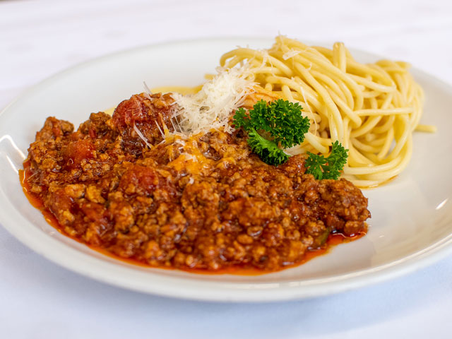 Spaghetti mit Tomatensauce und geriebenen Hartkäse