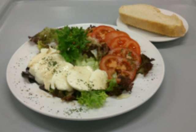 Salatplatte mit Tomaten und Mozzarella