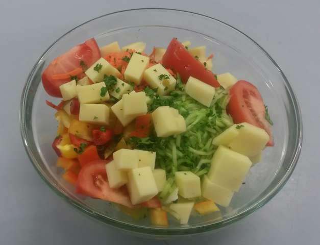 Bunte Salatschüssel mit Emmentalerwürfel