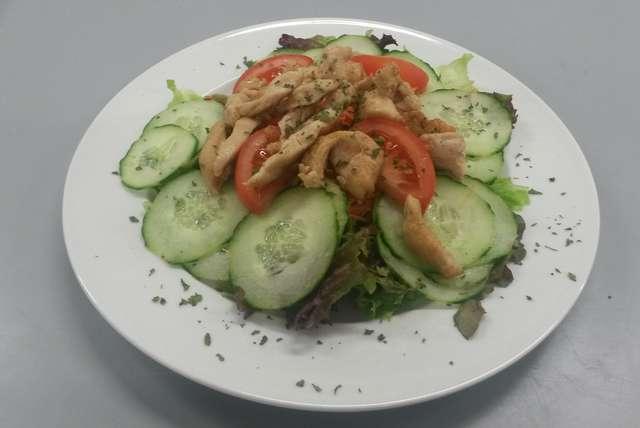 Bunte Salatplatte mit Geflügelstreifen