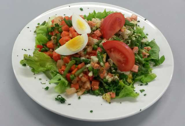 Gemüsesalat auf Blattsalaten