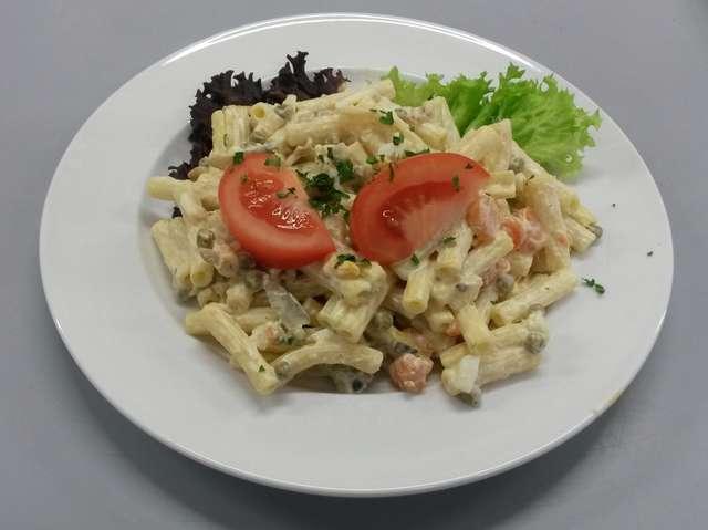 Verschiedene Blattsalate mit herzhaftem Nudelsalat