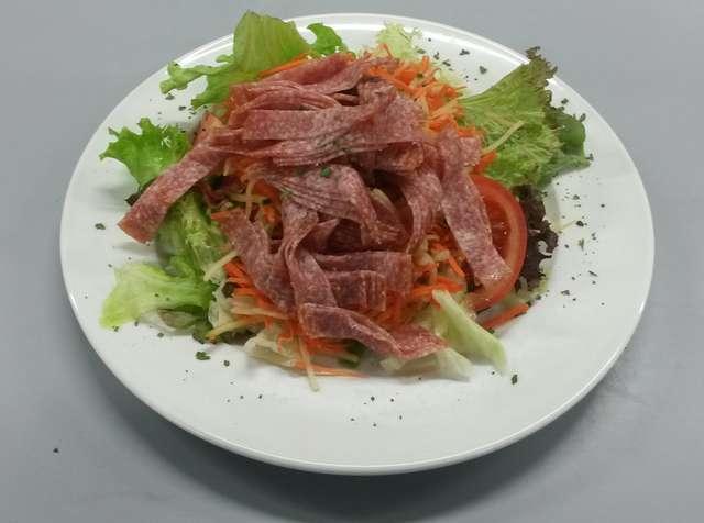 Salatteller mit Salami