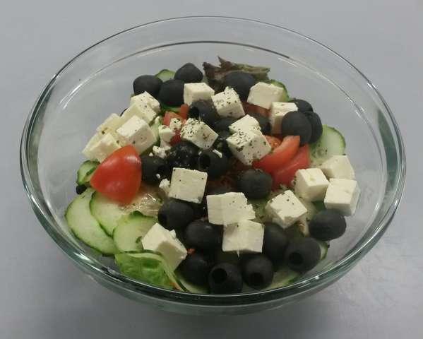 Griechische Salatschüssel mit Hirtenkäse und Oliven