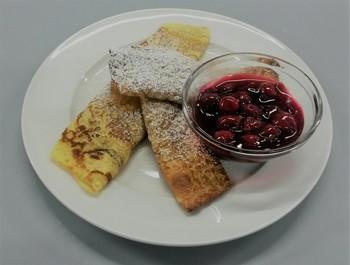 gefüllte Pfannkuchen mit Quark und Früchten