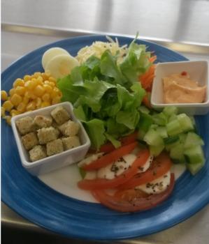 Gemüsesuppe mit Einlage großer bunter Salatteller Dressing nach Wahl Schnittbrötchen Erdbeer-Shake