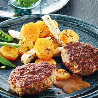 Gemüsesuppe mit Einlage Frikadelle(Rindfleisch) Bratkartoffeln Rahmsoße Gemüseauswahl Erdbeer-Shake