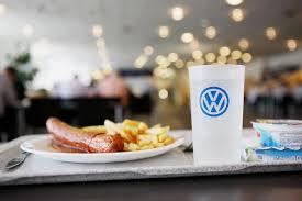 VW-Currywurst mit Pommes