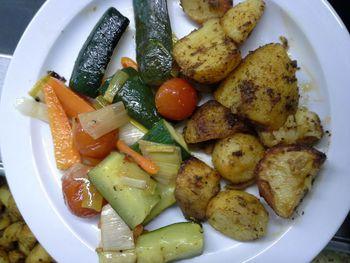 Grillgemüse mit Ofenkartoffeln , Salat und Dessert