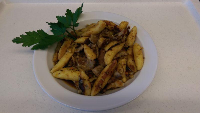 Schupfnudelpfanne  mit Bratenfleisch, Salat und Dessert