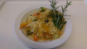 Thai Gemüsepfanne in Kokosmilch mit Reis, Salat und Dessert