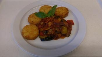 Ratatouillegemüse mit Kartoffeln, Salat und Dessert
