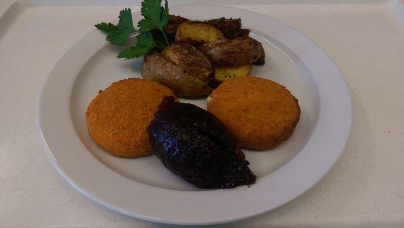 Gebackener Camembert mit Preiselbeeren, Kartoffeln, Salat und Dessert