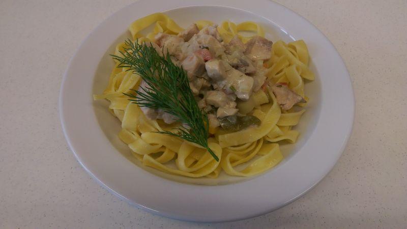 Tagliatelle mit Petersfischfilet in Kräutersoße, Salat und Dessert